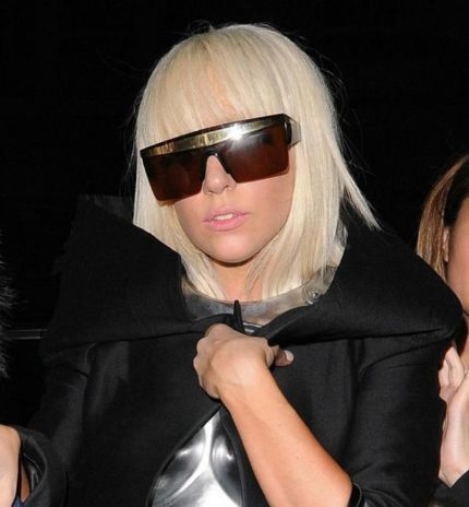 Леди Гага носит солнцезащитные очки GIANNI VERSACE 676